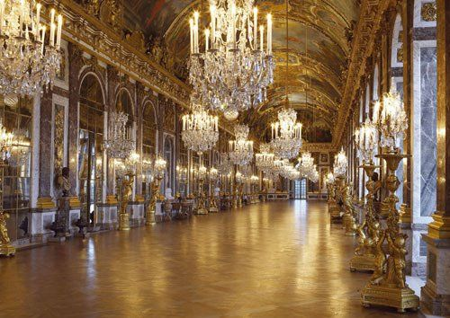 La gallerie des glaces du château de Versailles. The hall of the mirrors in the palace of Versailles.