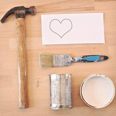 - Une boîte de conserve vide  - Un motif imprimé  - Un marteau  - Un clou  - De la peinture