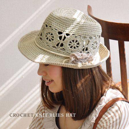 こんなにナチュラルな雰囲気の中おれニットハットって新鮮♪。大きなカギ編みレースデザインが甘く涼しげなコットンニット素材のナチュラル帽子。サイドには取り外し可能なフラワーニットコサージュブローチ付き/麦わら帽子風/HAT/レディース/婦人用 ◆クロシェニット中折れハット