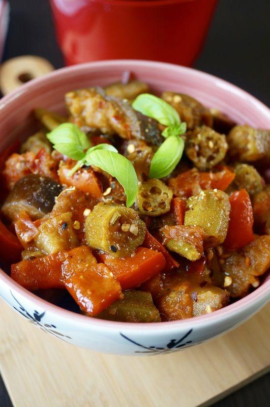 Okra duszona z pomidorami, bakłażanem i papryką w ostrym sosie indyjskim http://fantazjesmaku.weebly.com/blog-kulinarny/okra-duszona-z-pomidorami-baklazanem-i-paprykaw-ostrym-sosie-indyjskim