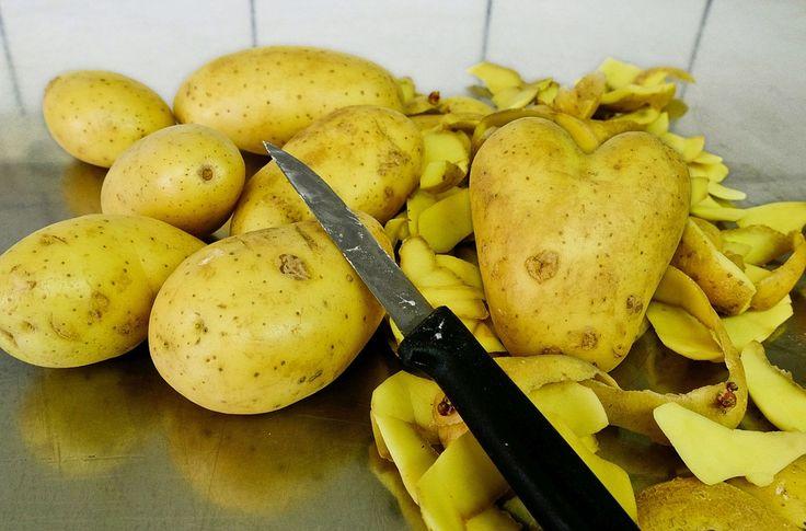 Jsme zvyklí brambory loupat a slupky vyhazovat do koše s dalšími odpadky. Víte ale, že se jedná o častý omyl? Slupky z brambor jsou zdraví prospěšnější než oloupané brambory a dokonce zdravějšínež některé druhy zeleniny. Pravděpodobně se vám to zdá šílené, ale my vás dnes seznámíme s výhodami, které plynou z užívání bramborových slupek. Pomáhají