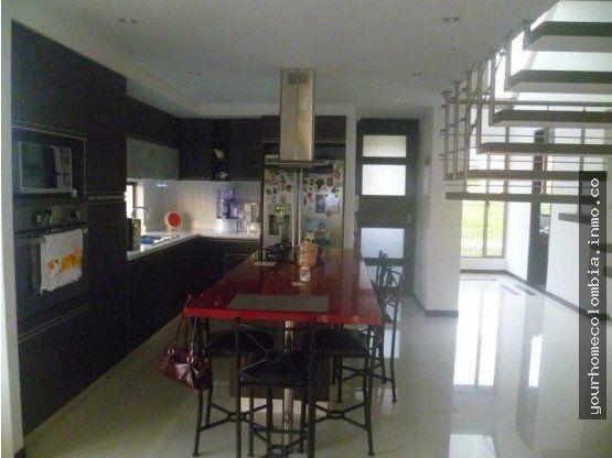 VENTA O PERMUTA MENOR VALOR EN BOGOTA. Disfruta de tu vidaen esta hermosa casa campestre ubicada en Ruitoque Condominio, a 20minutos de Bucaramang