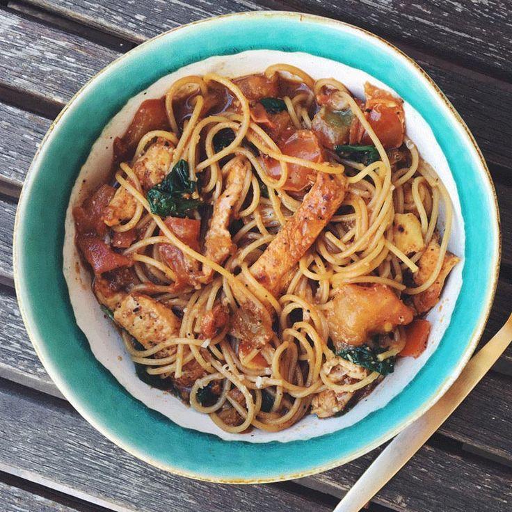 Espaguetis integrales con pollo y verduras elaborado con bebida de almendras Almond Breeze