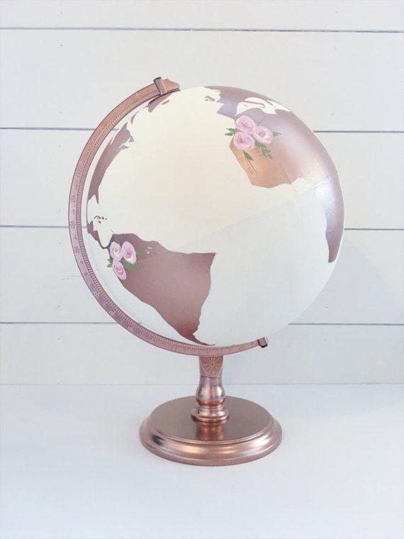 Questo elenco è per un globo di diametro personalizzato mano verniciato da 12 per gli ospiti di nozze a segno e/o decorazioni per la casa.  * Nella foto con avorio oceani, continenti oro rose, fiori di luce blush, allori salvia salvia e luce e verde, blu marino lettering, stile del carattere 4 e oro rosa stand.  100% USA fatto/sourced  Globi sono fatte su ordinazione. < cè una lista separata per lopzione di globo diametro 8 >  ************************************** • SI PREGA NOTE• Al mom...