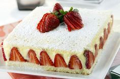 Scenografica e golosa, la torta alle fragole e crema chantilly è ideale per un'occasione di festa, come per esempio un compleanno, servita con le candeline.