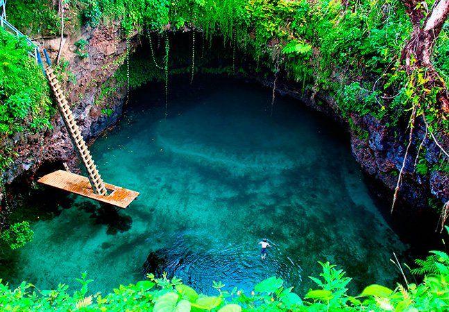 """É basicamente uma fossa oceânica aquilo que se vê na vila de Lotofaga, na costa sul da ilha de Upolu, na Somoa. Um buraco com 30 metros de largura que forma uma cristalina piscina natural bem no meio do Pacífico. Vale a pena viajar pra lugares assim. A população da vila de Lotofaga pouco ultrapassa os mil habitantes, mas o local tem sido alvo de grande curiosidade. A causa, claro, é o To Sua Ocean Trench, esse maravilhoso """"pedaço"""" de mar, que inclui uma escada e um pequeno deck, de onde os…"""