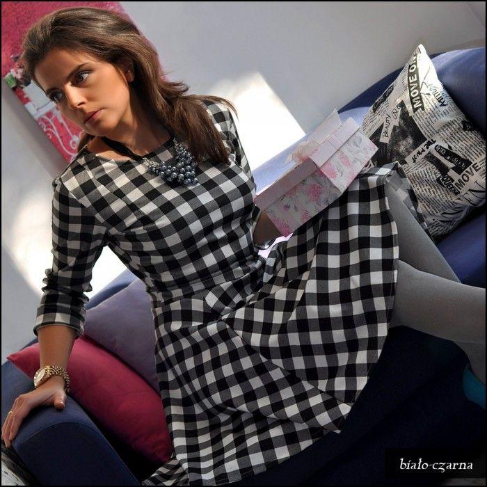 Piękna sukienka w kratkę uszyta z koła. Doskonale się układa i dopasowuje do sylwetki. Cena 66,36zł. http://sklep.metka.co/sukienki/127-zimowe-trendy-sukienka-w-kratke-z-kola.html#/kolor-biay/rozmiar-38_m
