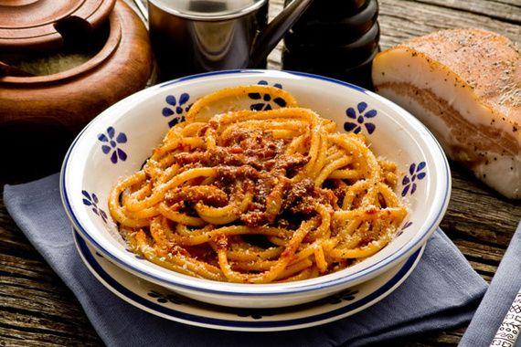 BUCATINI ALL´AMATRICIANA (ROMA)  Si viajas a Roma, no puedes irte sin pedir unos buenos bucatini all'amatriciana. Originarios de Amatrice, en la región del Lazio, este plato es uno de los favoritos de los romanos. Para preparar esta receta se utilizan bucatini, una especie de espagueti con un agujero hueco en su interior. La salsa, conocida como gricia, está hecha de guanciale (panceta italiana), guindilla, aceite de oliva y tomate cocinado a fuego lento. Si te gusta lo picante, disfrutarás…