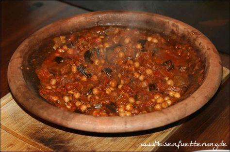 Maghmour ist ein libanesischer Auberginen-Eintopf. Ein Grillfreund hat dieses Gericht in der Tajine zubereitet.  Bei seiner Zutatenliste und den Fotos war mir sofort klar, dass ich diesen Eintopf auch einmal zubereiten werde.