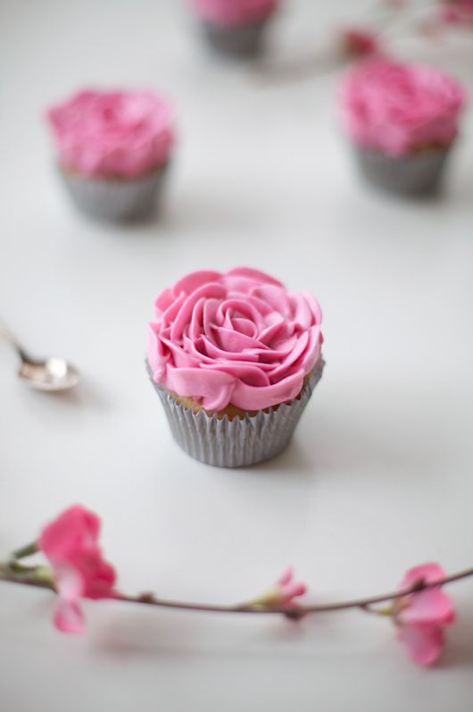 Make beautiful rose cupcakes at home with this free tutorial on how to pipe buttercream flowers