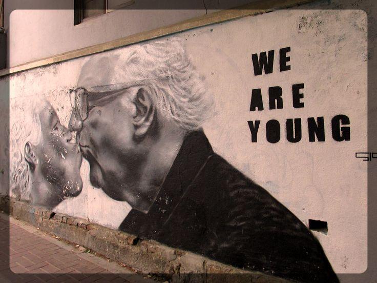 """"""" Nous sommes jeunes."""" OU """"L'amour n'a pas d'âge."""" / Street art. / Séoul, Corée du Sud."""