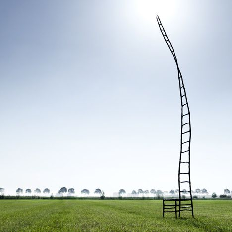Empty Chair van Maarten Baas in een weiland