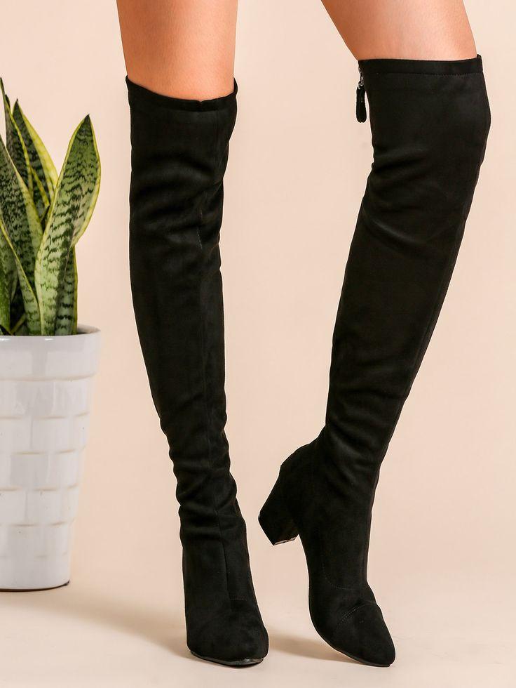Botas de caña alta faux suede con puntera punta, negro (Sheinside. 43,14€)