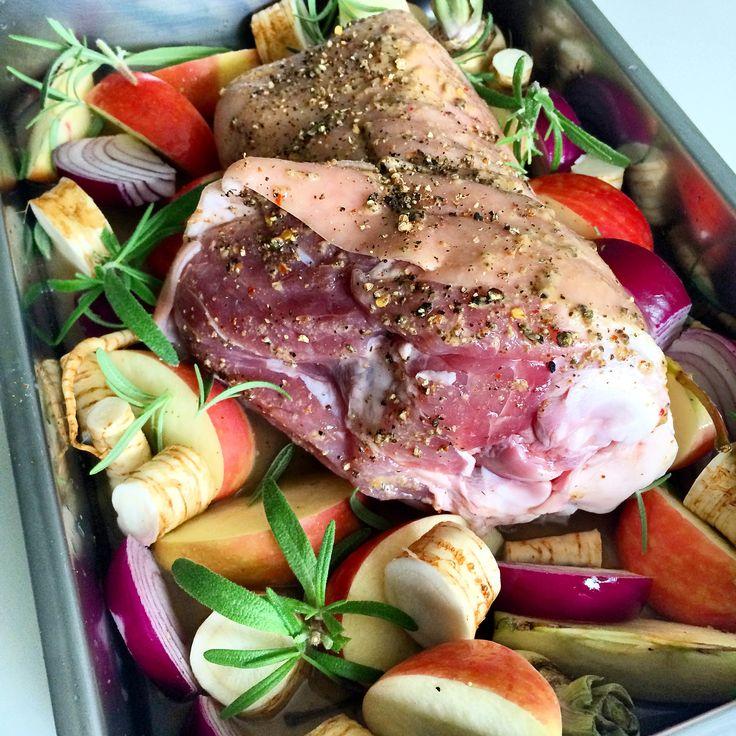 Svineknoke er skikkelig husmannskost! Denne undervurderte og rimelige griseknoken egner seg til mye mer enn å bare koke kraft og suppe på. Svineknoke, schweinshaxe eller pork knuckle er bare helt v…
