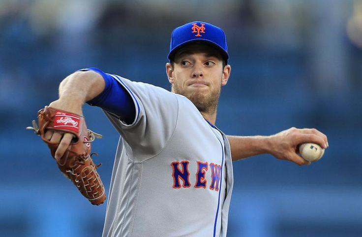 Steven Matz de los Mets de Nueva York lanza contra los Dodgers de Los Ángeles en el Dodger Stadium de Los Ángeles, California, Estados Unidos.