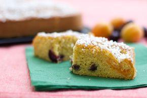 Torta con farina di mais, ciliegie e albicocche