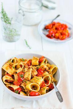 Calamarata con pesto di olive e pomodorini