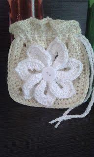 plektodimiourgies: Πλεκτό πουγκί με λουλούδι.