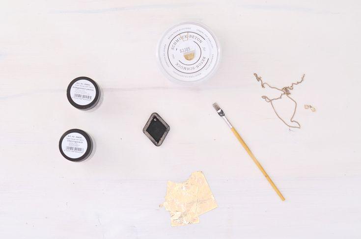 Kreativ-Beton war und ist ja ein Trendmaterial in diesem Jahr gewesen. Neben toller Deko, Schalen und allerlei nützlichem, kann man auch Schmuckbeton auch tolle Anhänger für Ketten basteln. Bonny Kina vom Blog BonnyundKleid zeigt uns in Ihrem Gastbeitrag, wie man mit Schmuckbeton und Blattgold schöne Halsketten selber gestalten kann.  http://blog.buttinette.com/basteln/gastbeitrag-schmuck-aus-kreativbeton-basteln