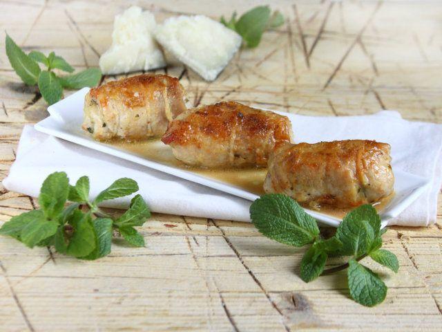 Bastano pochi ingredienti per creare un piatto dal sapore indimenticabile. È il caso nei nostri involtini di pollo con pecorino e menta. Hai voglia di provarli (e di colorare la tua tavola di primavera :))?