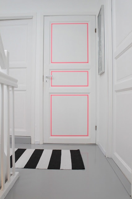 Fita adesiva ou um toque de tinta para alegrar a porta internamente!