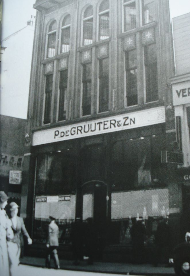 Rotterdam - Binnenweg 55, winkelpand 'P.de Gruyter'.