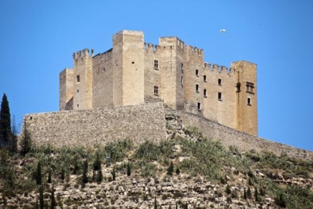 """CASTLES OF SPAIN - Castillo de Mequinenza, Zaragoza (siglo VIII ), situado en las proximidad de la desembocadura de los ríos Cinca y Segre. El nombre del lugar se debe a los ocupantes musulmanes, pertenecientes a la tribu bereber de los """"Miknasa"""". Desde el lugar se domina las comunicaciones y toda la vega. Este emplazamiento determinó la construcción de lo que el cronista y geógrafo Al-Idrisi denominó «pequeña fortaleza robusta» en la frontera de Al-Ándalus."""