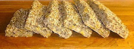 Här följer ett recept på ett saftigt och välsmakande glutenfritt bröd. Brödet är rikt på fibrer, protein och snålt på kolhydrater jämfört med andra bröd. Det är otroligt lättbakat, snabbt att få ihop och svårt att misslyckas med, och dessutom är det otroligt gott!