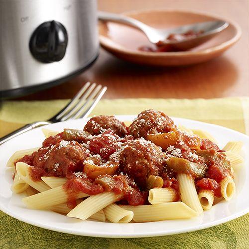 Pasta con Albóndigas Italianas y Pimientos: Riquísimas albóndigas al estilo italiano con tiras de pimientos y sabrosos tomates cocinados en una olla de cocción lenta, y servidos con pasta