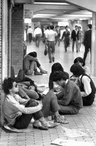 昭和43年 新宿駅東口の地下通路にたむろするフーテン