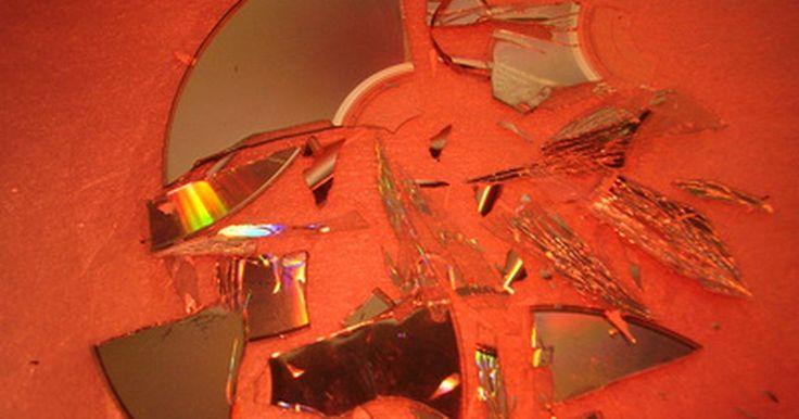 Cómo reparar un CD de audio roto. Si un CD de audio se rompe o daña, puede quedar inservible. Si el CD pasó a ser uno de tus discos favoritos, entonces evidentemente querrás tratar de arreglarlo. Aunque la reparación de un CD roto no garantiza que la solución sea permanente, puede permitirte que lo reproduzcas una vez más, de modo que puedas grabar una nueva copia.