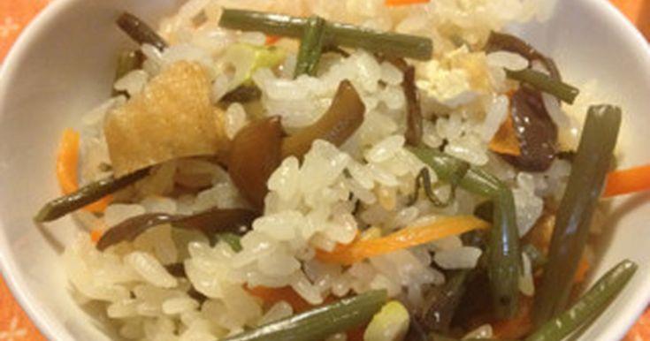 山菜水煮使用で炊飯器で簡単に作れちゃう山菜おこわです。白だしメインで味付けも楽々美味しい山菜おこわでーす!