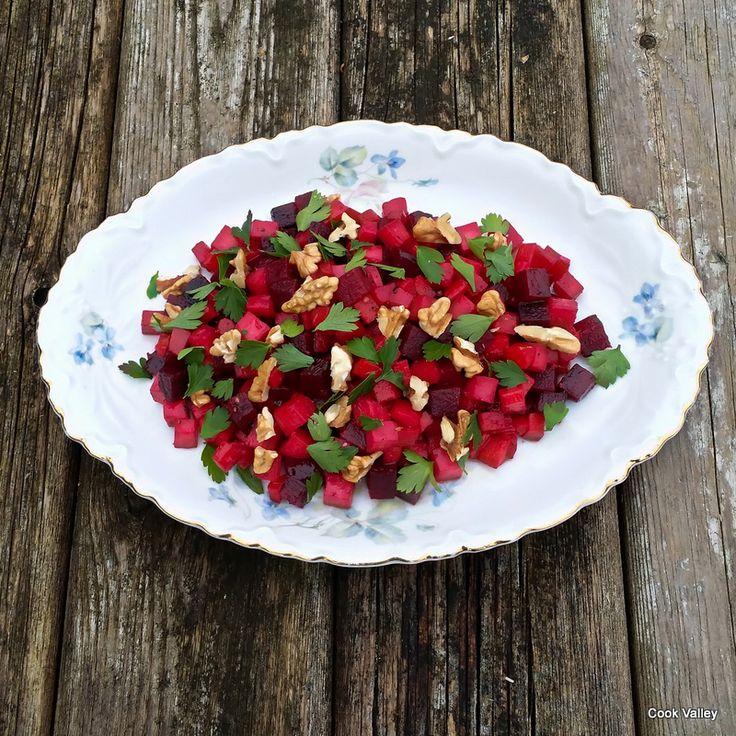 """Salat med rødfrugter.  Gengivet fra bogen: """"Og halsen af en svane"""" af Lone Landmand og Søren Sørøver."""