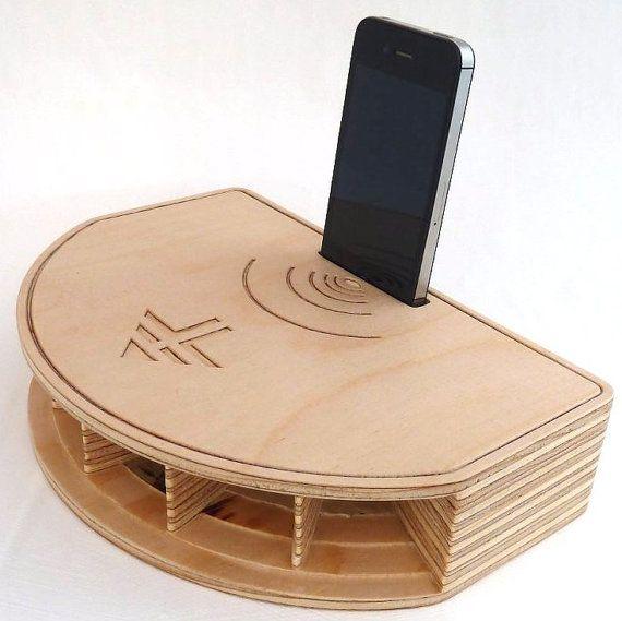 Eine atemberaubende akustische Lautsprecher und Telefon stehen für das iPhone.  Keine Batterien oder Netz-Verbindung sind erforderlich, setzen Sie einfach das Telefon in den Schlitz.  Dieser einzigartige iPhone-Ständer ist aus Buchensperrholz konfrontiert und beendete in einem klaren Wachs. Es basiert auf einem mehrzelligen Beugung Horn, Smith-Horn kurz. Gibt es ein deutlichen Anstieg der Volumen und eine verbesserte Klangqualität auf den Klang aus den iPhone internen Lautsprecher…