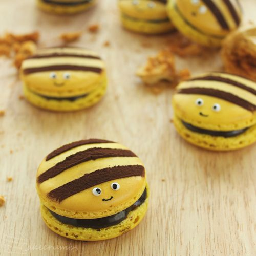Cakecrumbs' Honey Bee Macarons ! ♥ ♥ ♥ Follow My Fav Dessert Collection for more awesome desserts! Follow , Like , Pin !♥ ♥ ♥