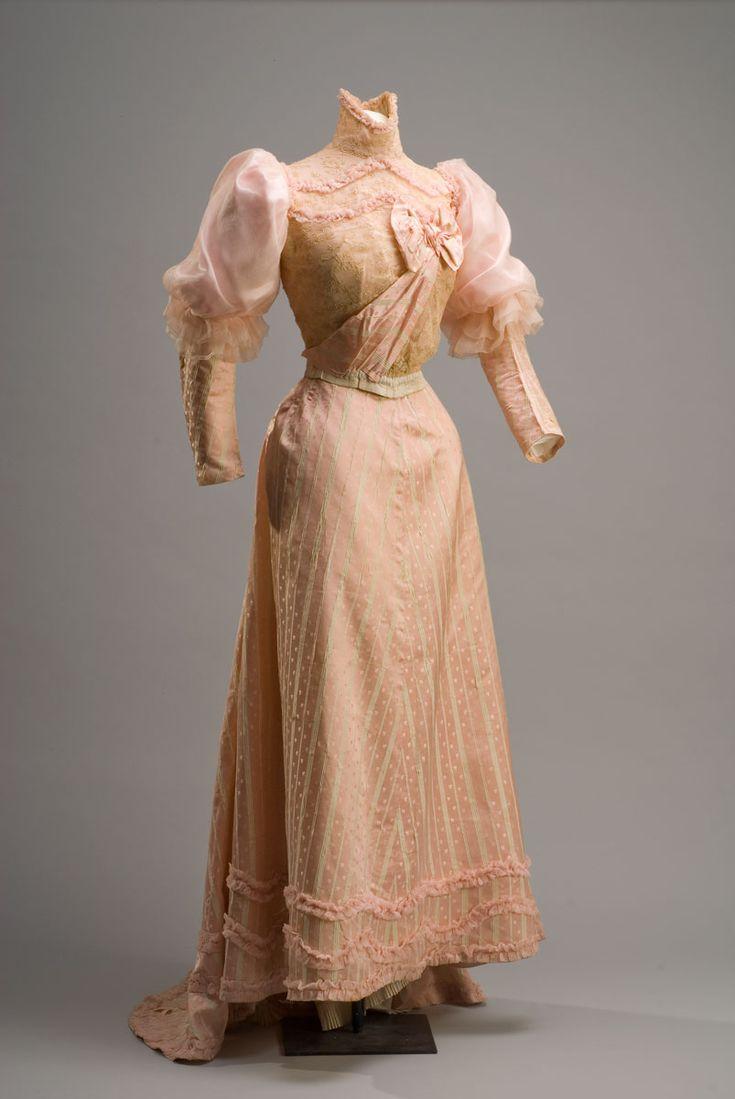 Vestido Autor desconocido Siglo XIX Gasa rosa y encaje 177X170 cm. Colección Museo de Historia Mexicana