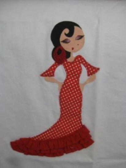 Camiseta de algodón con muñeca flamenca pintada a mano y vestido hecho con tela de lunares  rojos y tres volantes. Pendiente hecho a ganchillo. 18 €