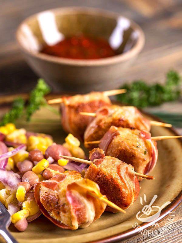 Meatballs rolled with bacon - Le Polpettine con pancetta arrotolata sono una idea sfiziosissima per mettere a tavola il gusto e il sapore in poco più di un baleno! Provatele! #polpettineconpancetta