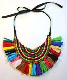 Collar babero tribal multicolor con flecos