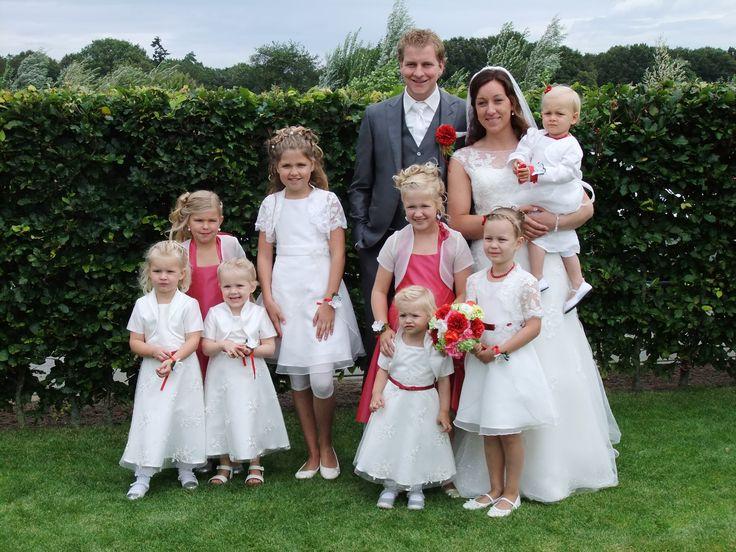 Allemaal prachtige meiden bij het bruidspaar. We hebben 3 modellen jurken gebruikt. En het frambozen rood van 2 bruidsmeisjes terug laten komen in een aantal jurken van de andere bruidsmeisjes. Ook het kant van de bruid is bij een aantal meisjes te zien in de jurk of als bolero. bruidskindermode.nl Trouwen, bruiloft, huwelijk, bruidskinderen, bruidsmeisjesjurk.