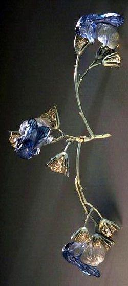 Lalique 1905-06 'Bumblebees on Flowers' Corsage Ornament, left branch articulated: gold, translu-cent enamel on gold, cast glass, diamonds. Musée des Arts Décoratifs