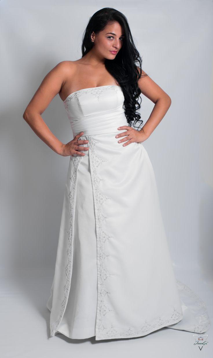 Vestido de novia blanco con flores bordadas en el busto, en el corte de la falda y ruedo.