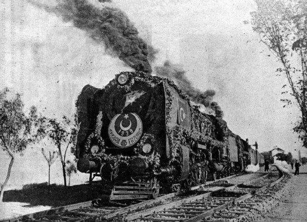 Bir de 1939'da Ankara-Erzurum trenine bakın, nasıl da gelinler gibi süslemişler! Önündeki güzelim Cumhuriyet amblemini gördünüz. Ve şimdi Ocak 2015, Ankara Tren istasyonuna bakın. Adındaki GAR bile doğru yazılmamış, G harfi kırpılmış. Anlayacağınız, Türkiye Cumhuriyetine ait ne varsa yok edilirken Türkçe Alfabe bile buharlaşıyor.  //www.facebook.com/guderchp/photos/a.538709619504889.1073741826.538709546171563/870317043010810/?type=1&theater