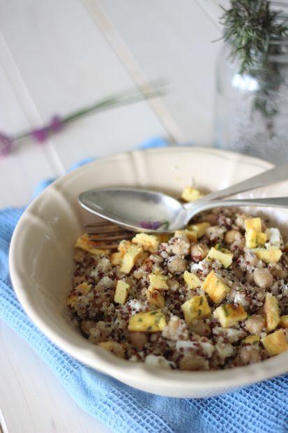 #Insalata di #quinoa, #ceci, #feta e frittata all'erba cipollina     #Cirio, gusta le nostre #ricetta. #recipes #salade #legumes