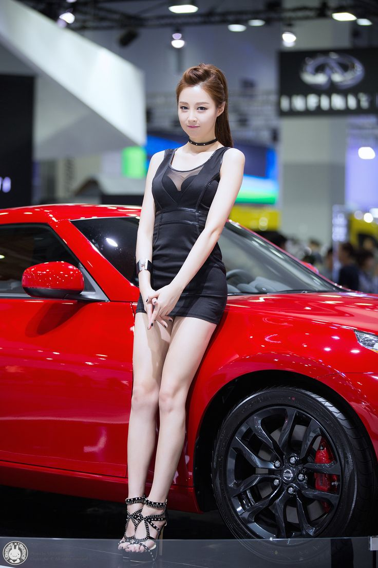 asian-car-show-models-flirting