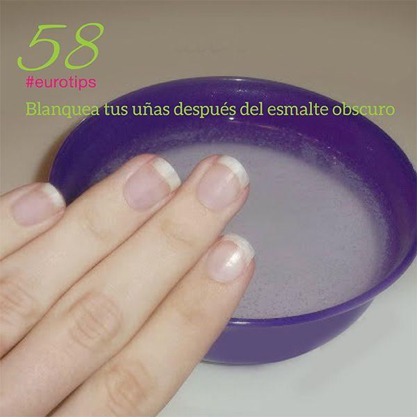 Remoja las uñas en una solución de agua caliente, peróxido de hidrógeno y bicarbonato de sodio durante aproximadamente un minuto. También se puede poner un poco de pasta de dientes blanqueadora en un cepillo de dientes y frotar las manchas de tu uña.