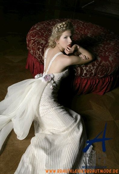 Elegantes günstiges Brautkleid aus Satin mit Träger