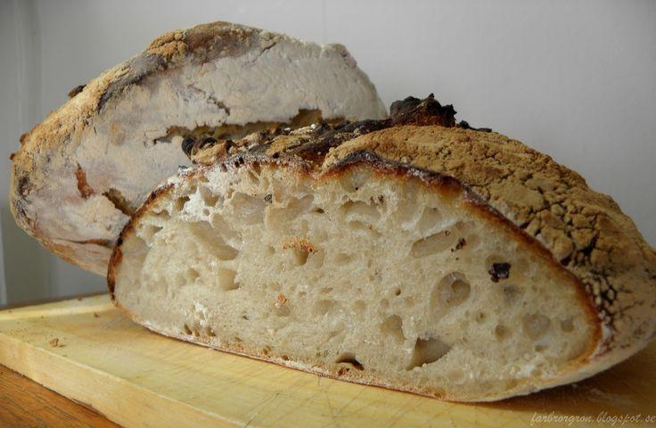 Detta bröd har det mesta som man kan önska sig. Det har en fin knaprig skorpa och ett saftigt och lite segt innandöme. I fall man förvar...