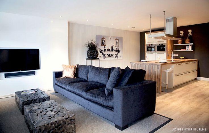 Woonkamer appartement Rotterdam  Interieurstylist Stephanie de Jong #Woonkamer #zithoek #tvwand #koper #zwart #wit #velours #keukeneiland #vloerkleed #JONGinterieur #cobraart #plexglas #schilderij #keuken #salontafel #hout #plant #zwartwit