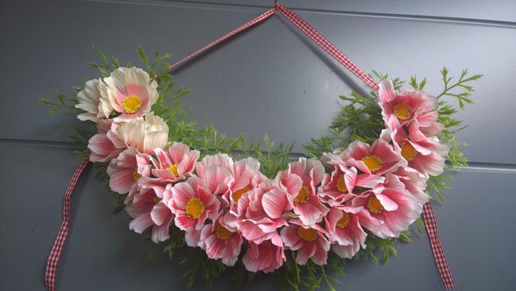 Kranssi. Tekokukista leikattu vain kukat ja lehdet- Liimattu styroxille.